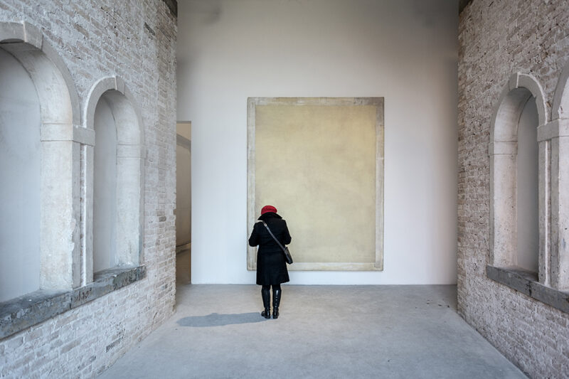 interno della stanza di un museo con persona che guarda l'opera