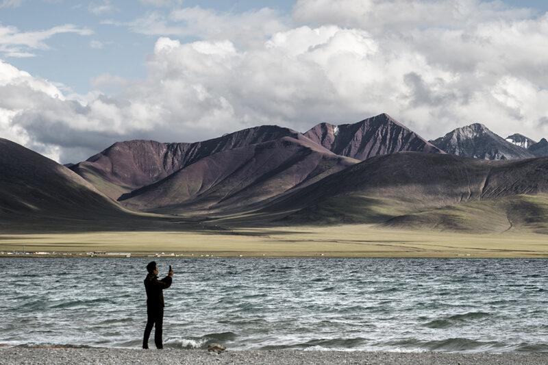 paesaggio con mare e persona che lo fotografa